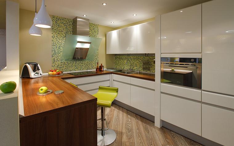 </p> <p>Автор проекта: Татьяна Бо. </p> <p>В пространствах open space, когда кухня является продолжением столовой и гостиной, цвет облицовки может стать важным акцентом в общей цветовой гамме. Как в этом проекте, под цвет настенной мозаики подобраны зеленый барный стул и аксессуары. </p> <p>