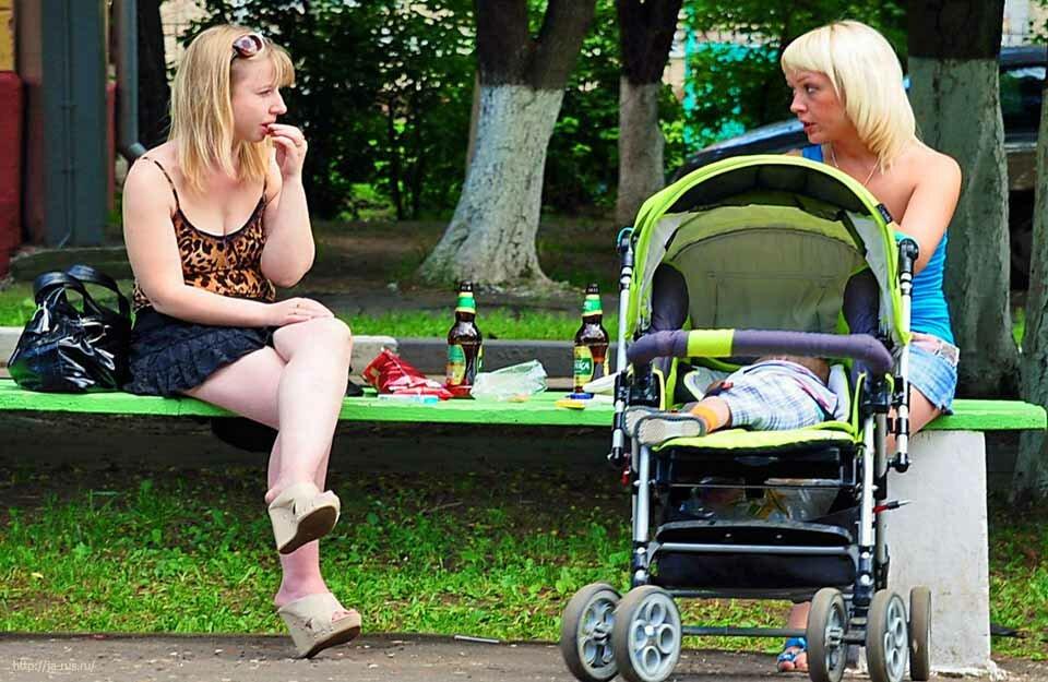 «После рождения ребенка дочь катится по наклонной. Как ей помочь?»