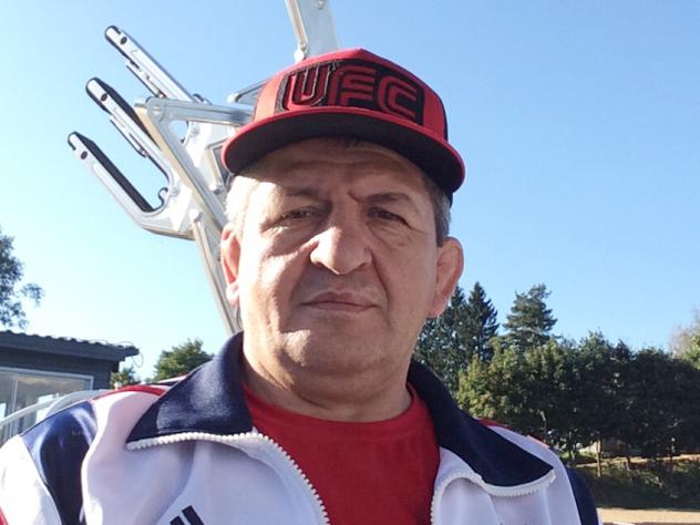 «Надо быть милосердным»: отец Нурмагомедова пригласил Макгрегора погостить в Дагестане