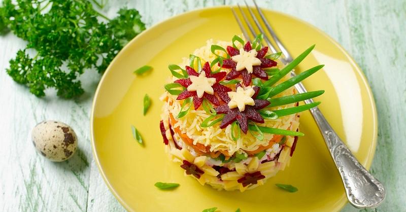 Многослойный салат с картофелем, морковью и свеклой для любимой женщины на 8 Марта: мужья, записывайте рецепт!