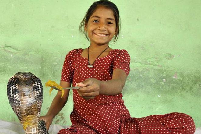 Девочка в Индии живет со змеями