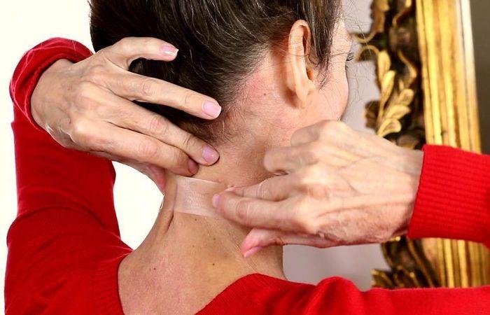 Бьюти-странности: зачем женщины клеят скотч на шею