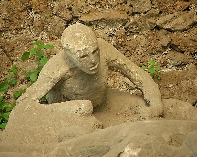 Пользователи сети посмеялись над непристойной позой жертвы извержения