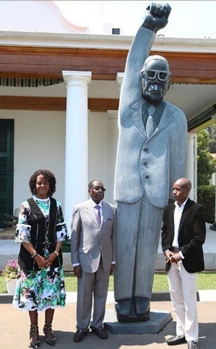 Президент Зимбабве в разгар экономического кризиса открыл памятник самому себе