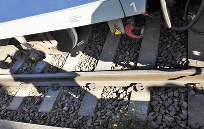 При крушении поезда в Индии погибли более 90 человек