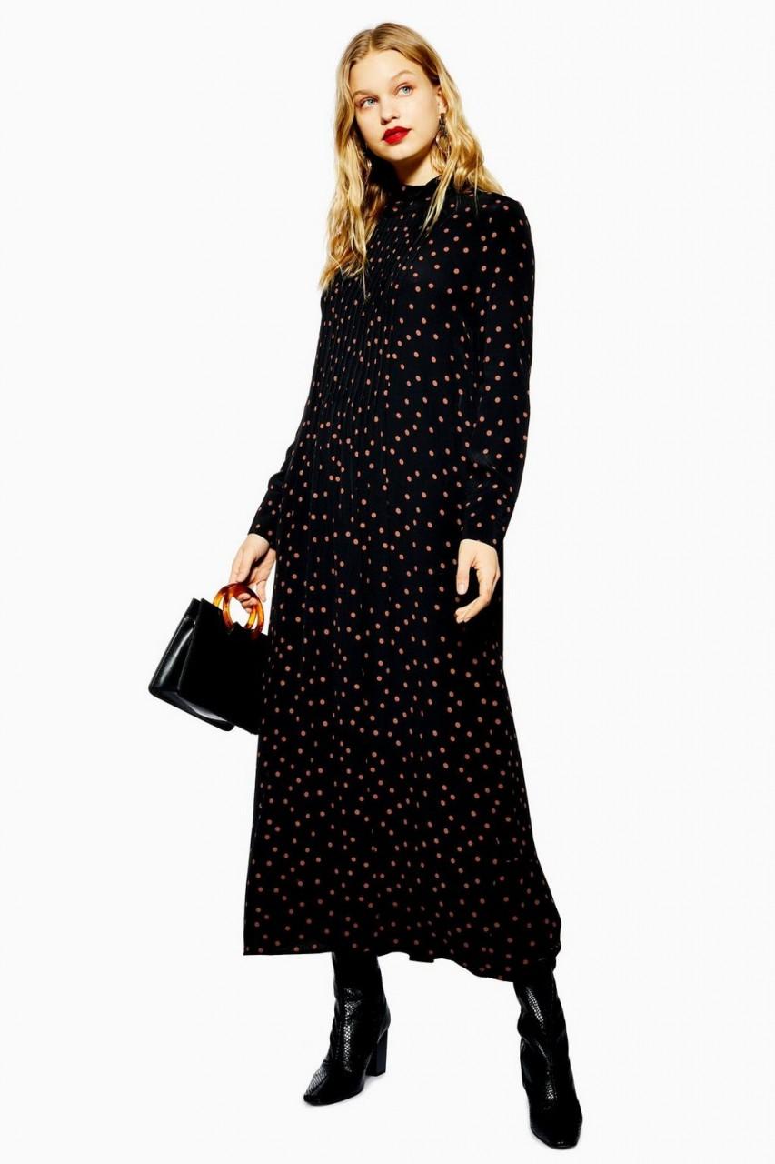 Девушка в платье в горошек и сапогах