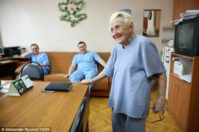 Ей вот-вот стукнет 90, но она по-прежнему оперирует четырех пациентов в день Рязань, ветеран, знай наших, медицина Россия, хирург