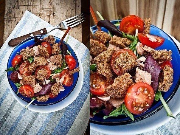Салат с тунцом, фасолью и сухариками
