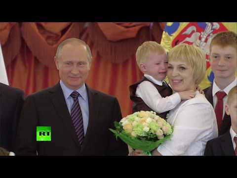 """""""А глаза такие добрые-добрые..."""": Путин попытался утешить расплакавшегося в Кремле трёхлетнего мальчика"""