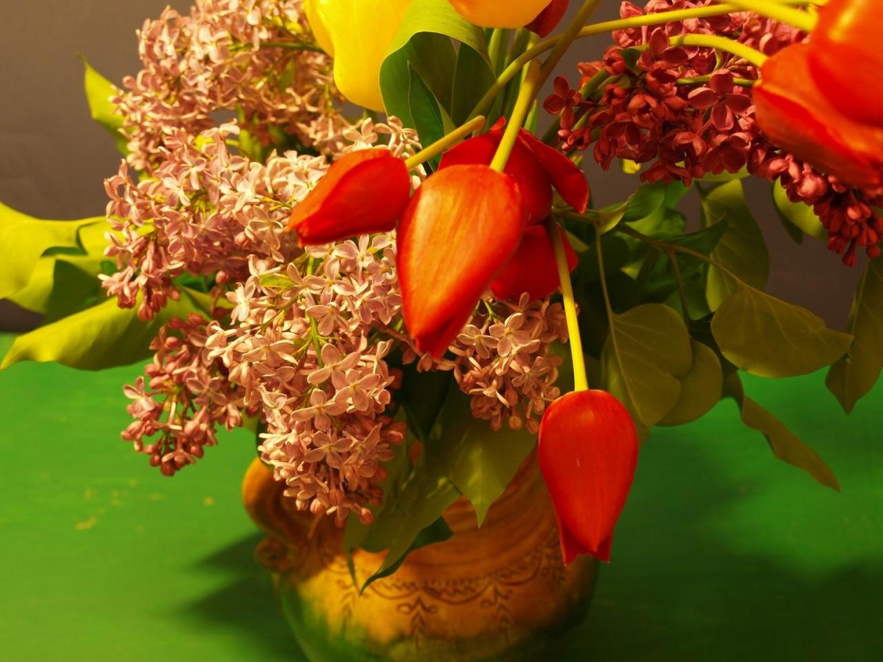 1280x960 Обои сирень, тюльпаны, букет, ваза, весна