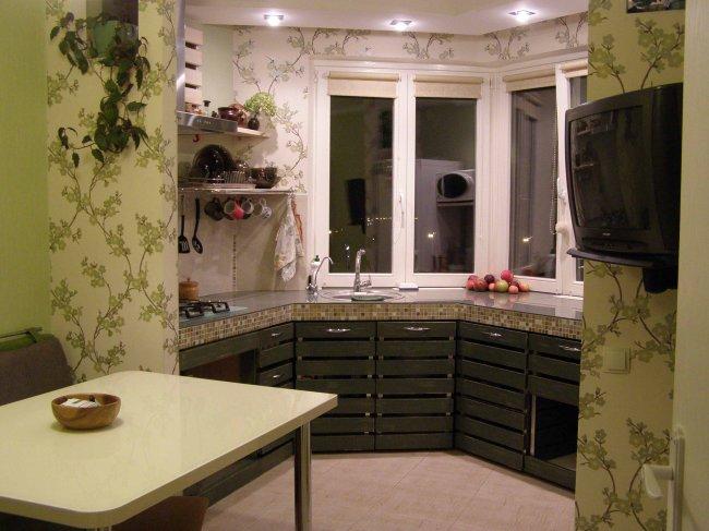 Оригинальный дизайн П-образной кухни в эркере