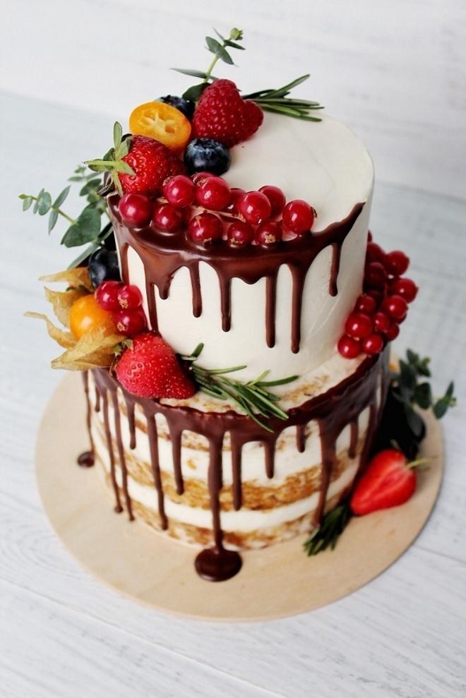 Двухъярусный торт с фруктами