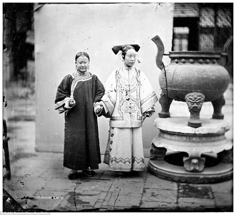 Аристократка со своей служанкой, Пекин, 1869 год Цин, китай, фотография, эпоха