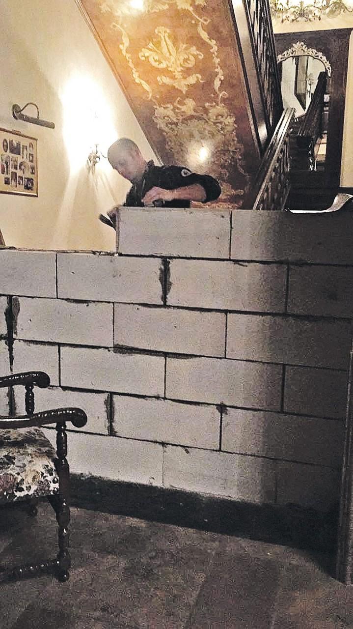 Развод по-рублевски: Муж разделил трехэтажный особняк бетонной стеной