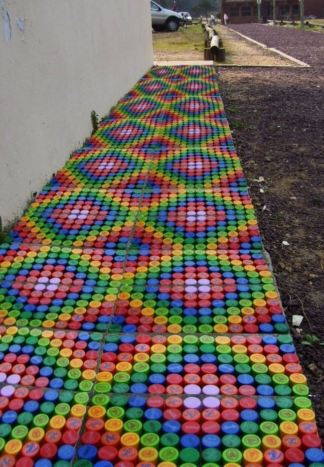 Садовая дорожка из пробок от пластиковых бутылок. Подборка идей.