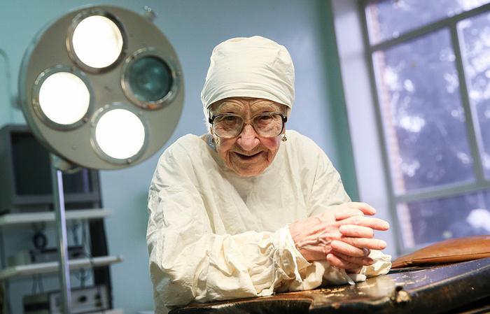 Старейший практикующий хирур…