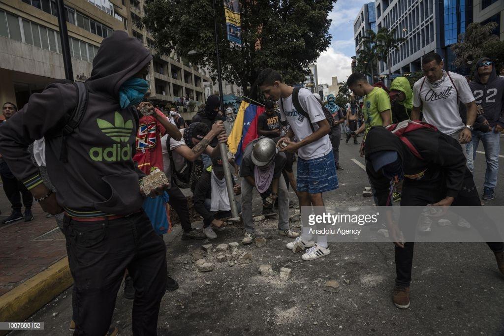 В Венесуэле свергают диктатора Мадуро (фото).