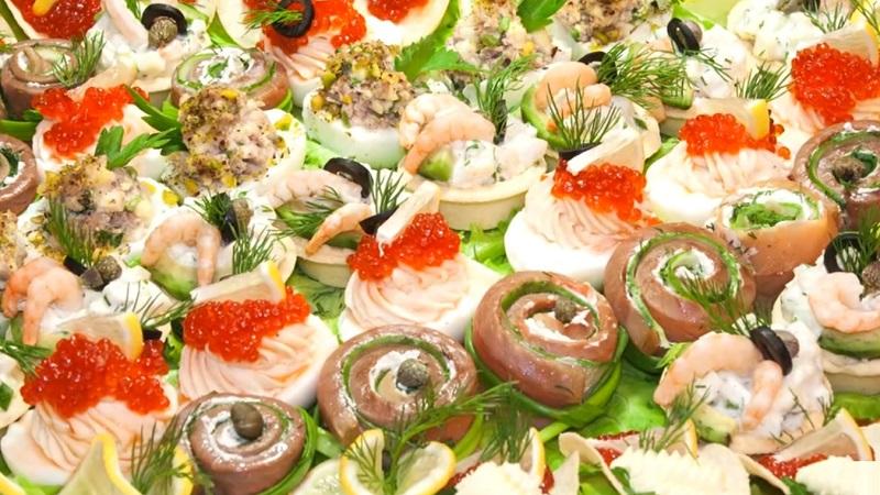 Закуски с морепродуктами, красная икра с маслом на чипсах, сервировка
