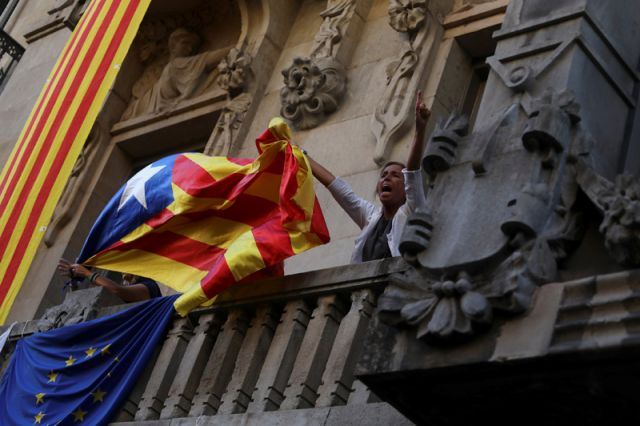 Мадрид распустил парламент объявившей о независимости Каталонии. Главное