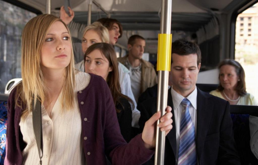 «Ну что вы как слон! Нельзя аккуратнее?!»: девушка нагрубила мужчине, наступившему ей на ногу в автобусе, а потом произнесла фразу, от которой все пассажиры сразу притихли