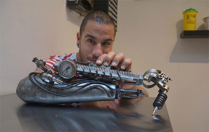 Когда работа - часть тебя: первый в мире протез, способный наносить тату