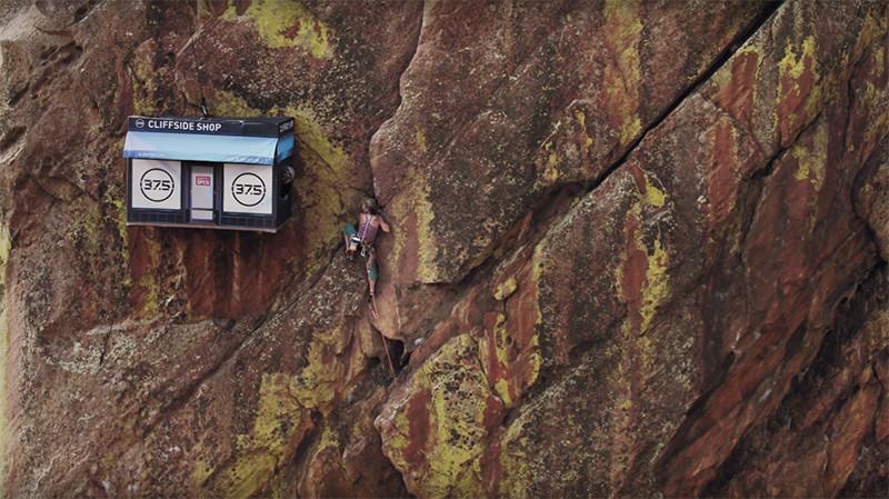 Магазин для альпинистов на отвесной скале в США