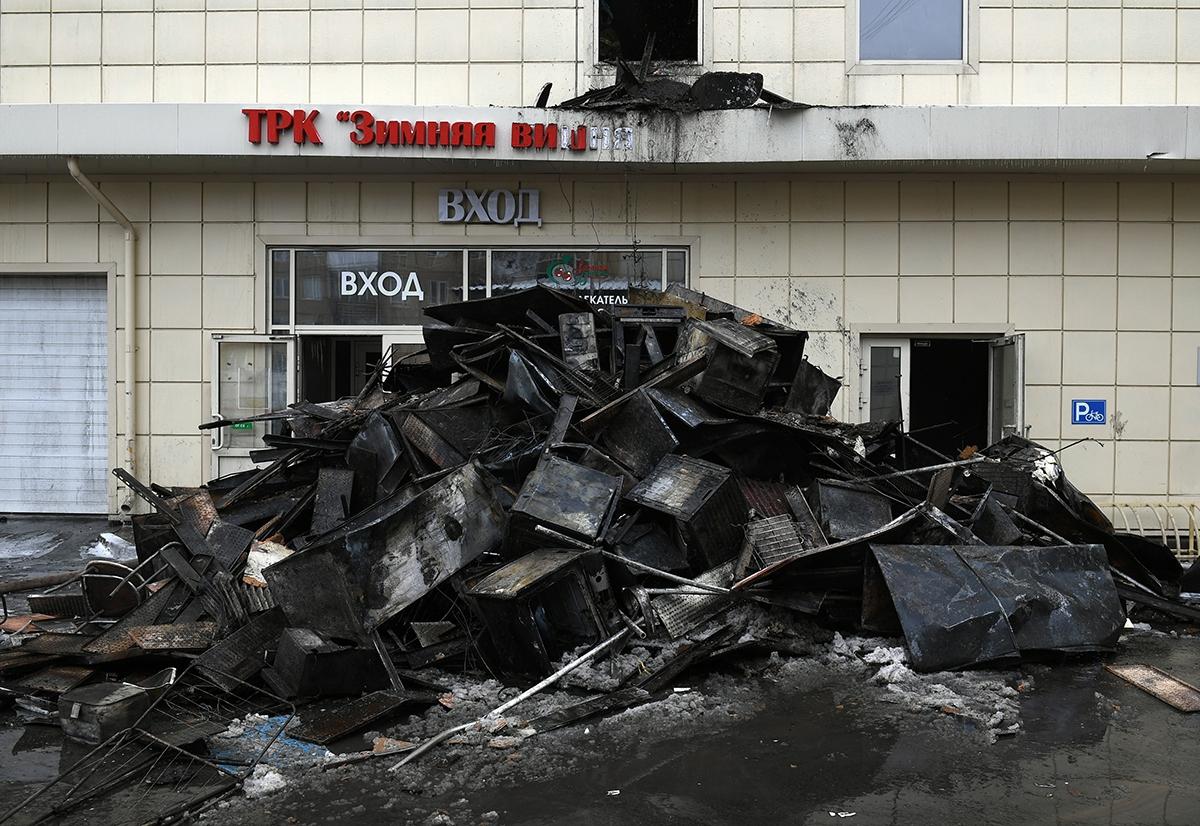 Выжившую в кемеровском пожаре дочку сотрудника МЧС затравили в школе