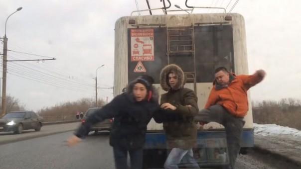 Простой водитель троллейбуса из города Кирова в одночасье стал героем Рунета после того, как пинками разогнал юных зацеперов