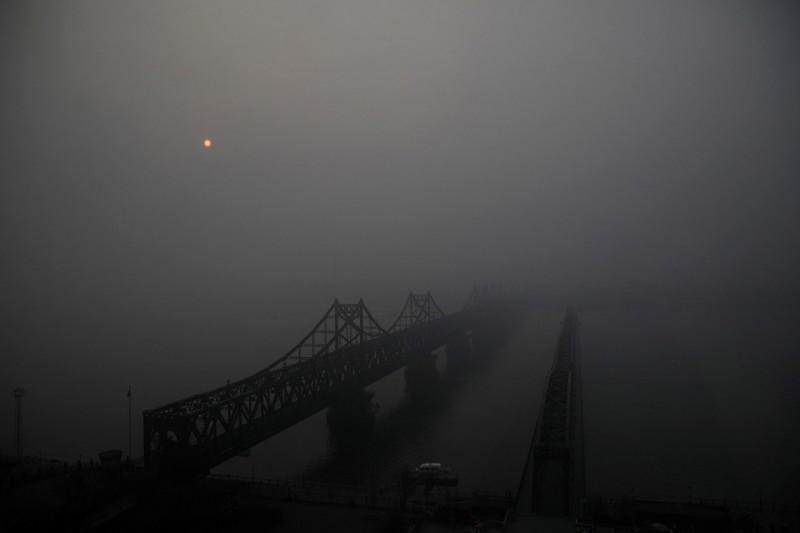 16. Мосты через реку Ялу, соединяющие Синьджу в Северной Кореи и Даньдун в Китае, 30 марта 2017. (Фото Damir Sagolj | Reuters): Тоталитаризм, гранциа, китай, севераня корея
