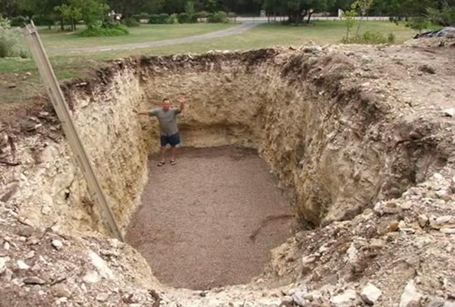 Все думали, что он копает яму под бассейн. Но оказалось еще интереснее!