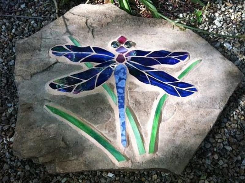 мозаика из плитки в саду