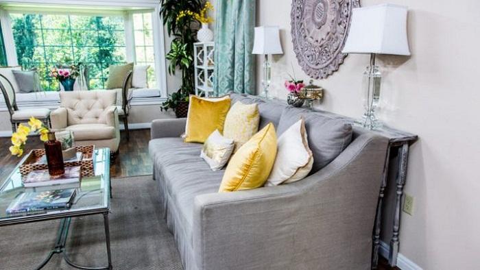 Тонкий стол, как один из возможных особенных элементов оформления комнаты для принятия гостей.