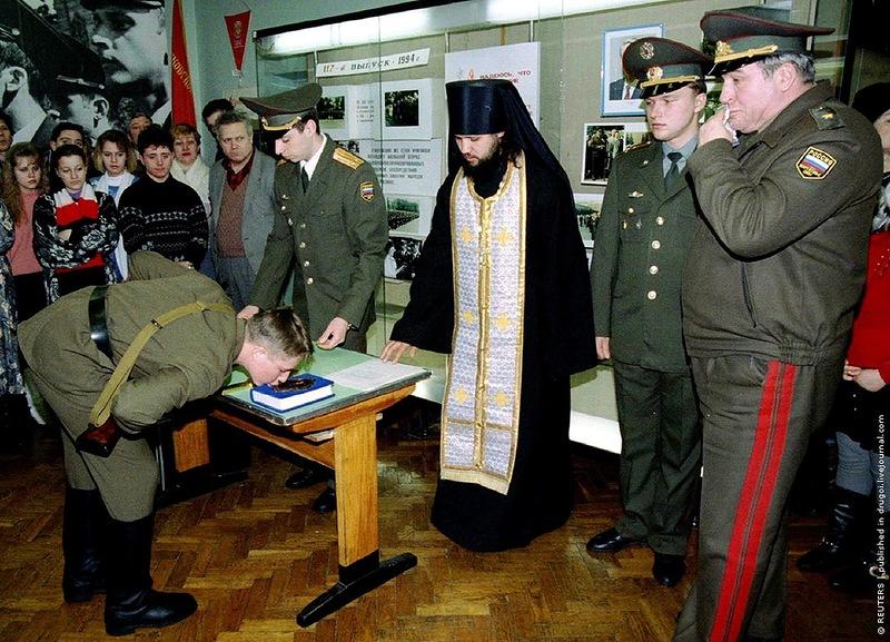 Призывник принимает присягу на библии, Москва, февраль 1993 года
