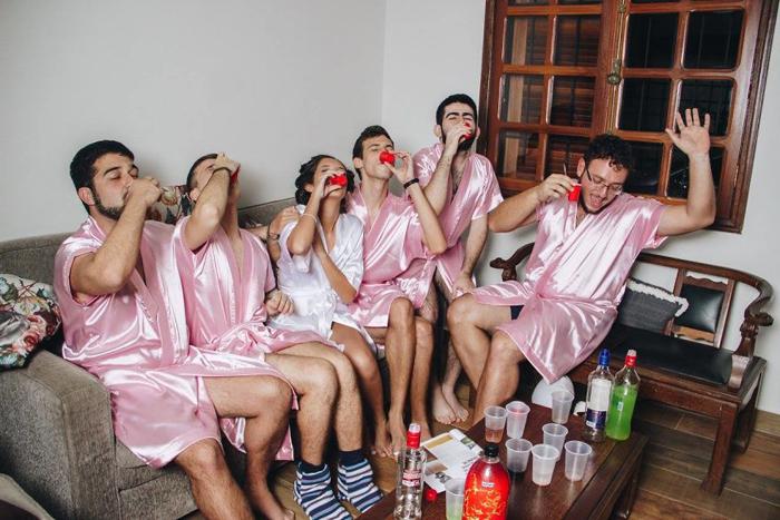 Парни купили дешевый алкоголь и принесли пластиковые стаканчики. Фото: Fernando Duque.