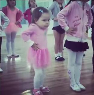«То самое чувство когда ты круче всех»: малютка зажигает на уроке танцев!