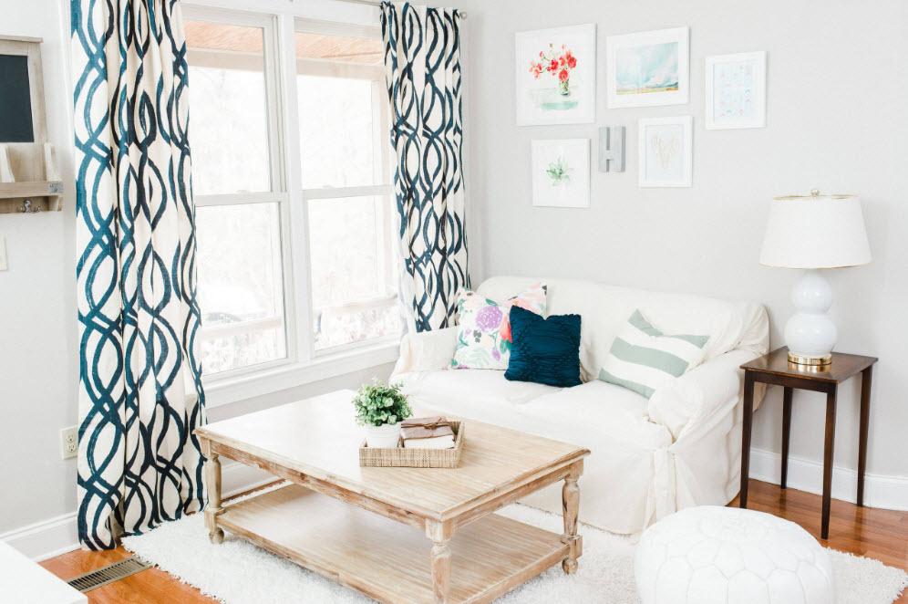 Пестрые шторы в белоснежной гостиной