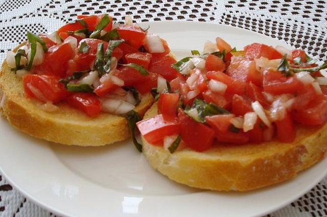 Хотите еще больше упростить задачу - просто порубите помидоры с луком и зеленью.