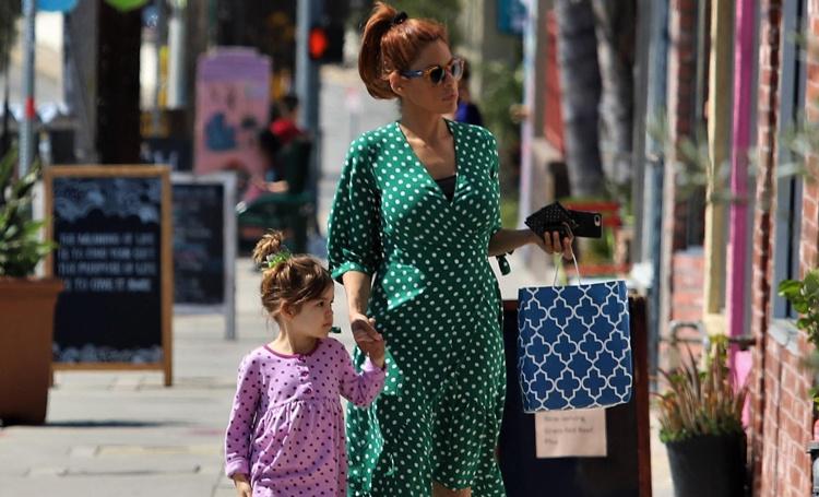 Гороховое настроение: Ева Мендес с дочерью Эсмеральдой по дороге на детский праздник