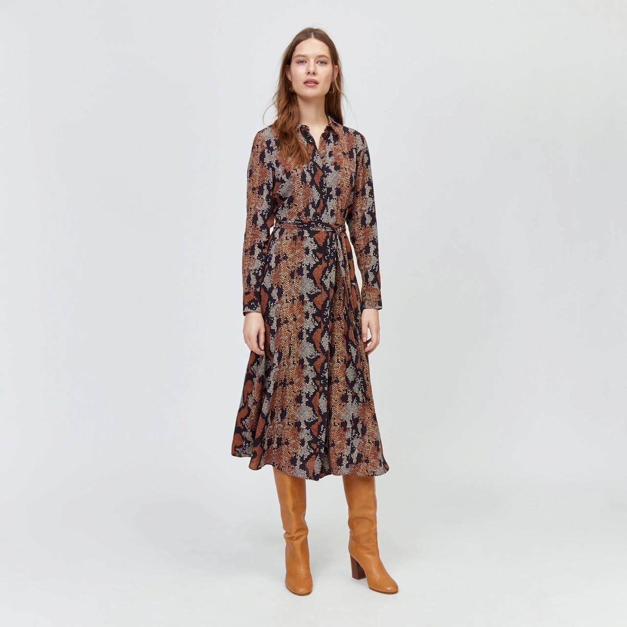 Девушка в платье-рубашке и сапогах