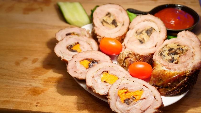 Отбивная свинина, фаршированная грибами: мечта мясоедов