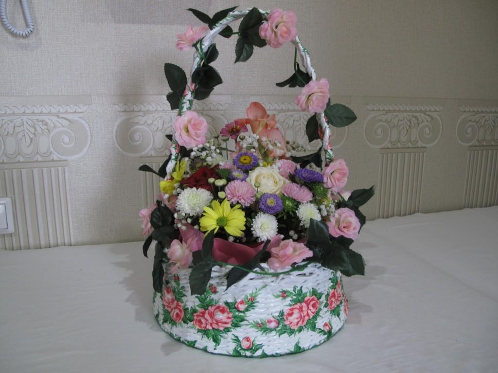 Подарочная корзинка с цветами.