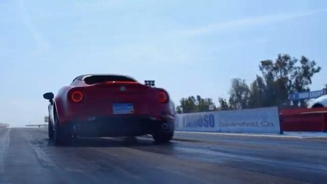 Автомобиль Tesla перегнал Alfa Romeo, пока буксировал другой Alfa Romeo
