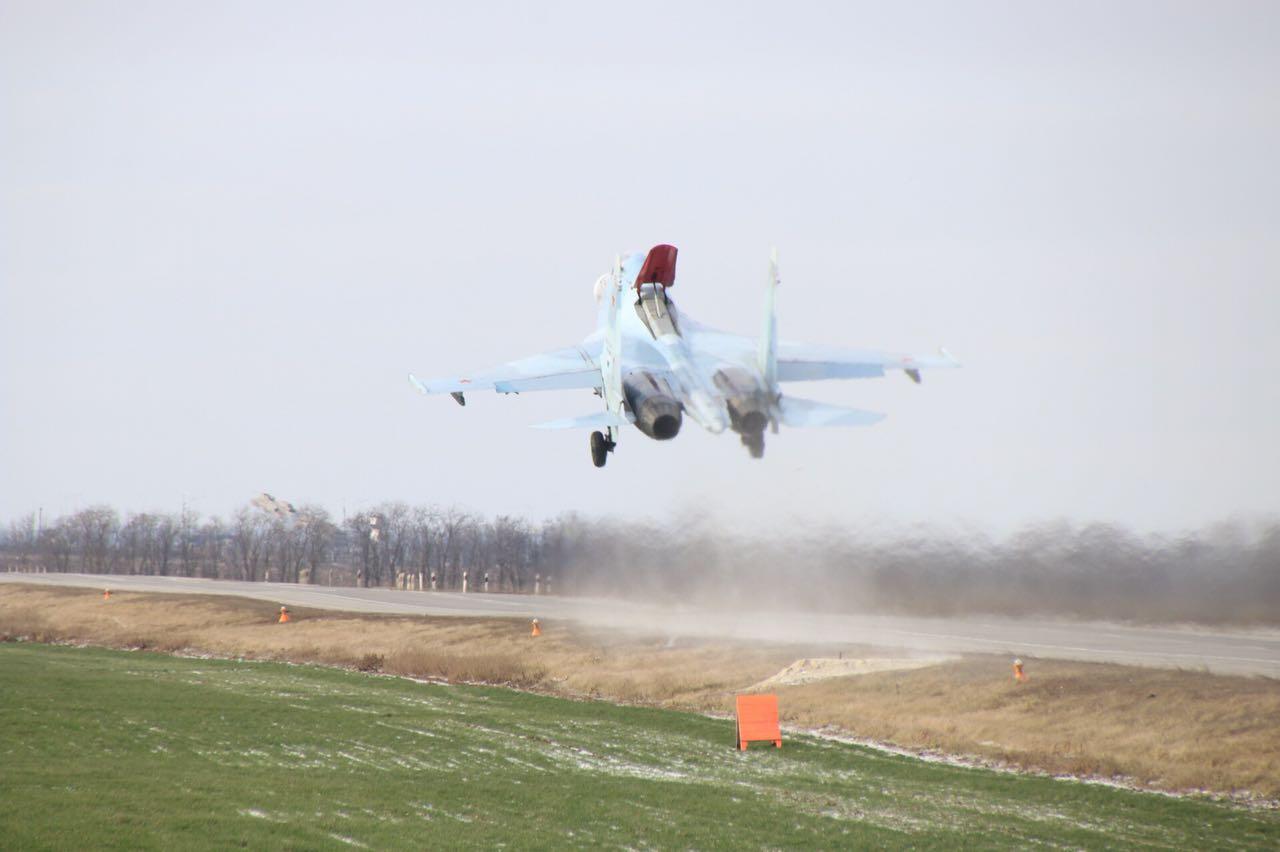 Тяжелые истребители впервые в истории ВКС совершили посадку на автотрассу на Дону