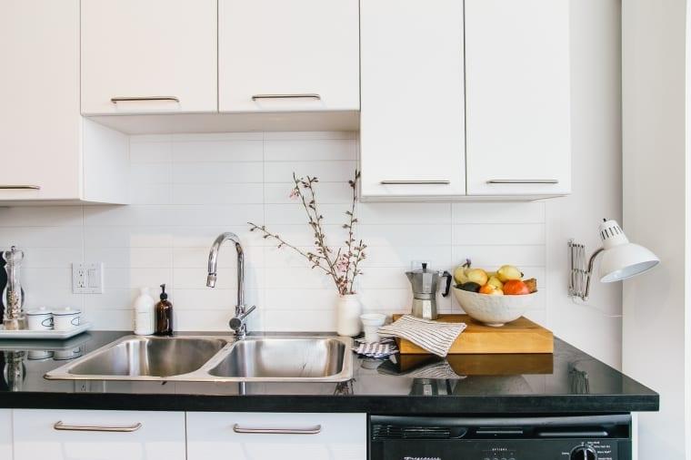 10 способов избавиться от ужасного запаха в кухонной раковине