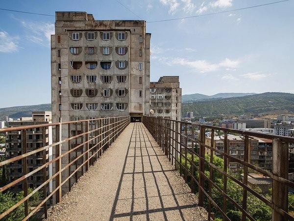 Этот жилой комплекс с надземным сообщением построен в 1974 году в СССР!