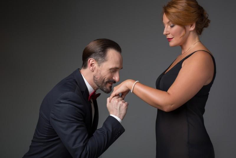 Джентльмены, не целуйте дамам рук. Всё равно не умеете