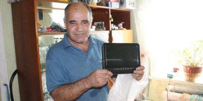 На Сахалине чиновники подарили слепому мужчине телевизор вместо трости