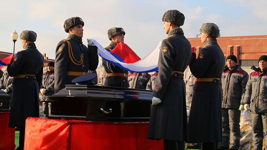 Военные готовятся к похоронам:  Военное ведомство закупает 49 тысяч флагов России для оформления гробов
