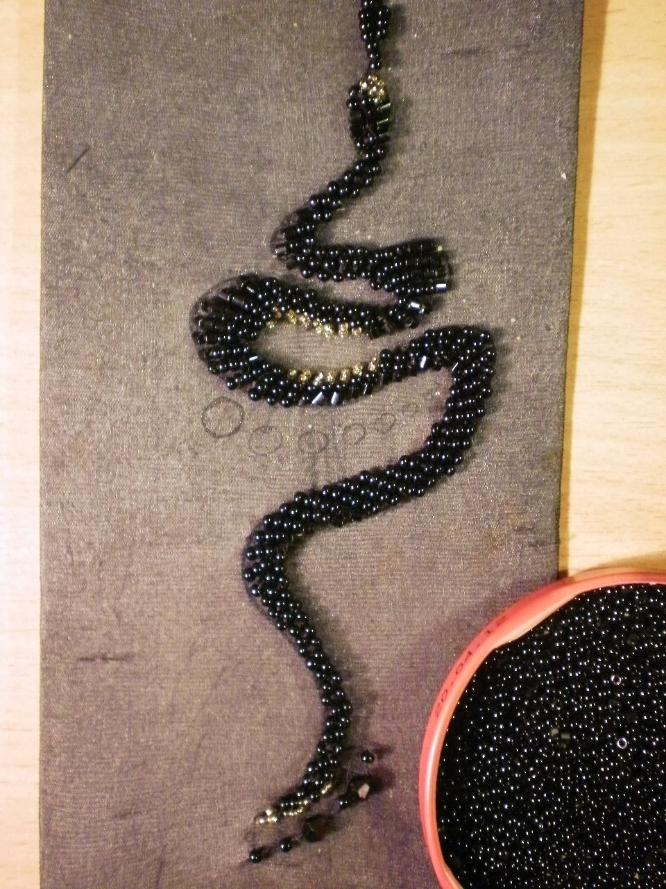 Змеинная тема на женских колготках