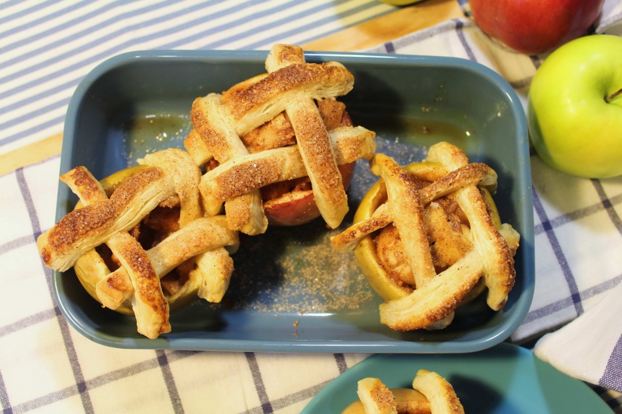 Запеченное яблоко с медом и корицей.